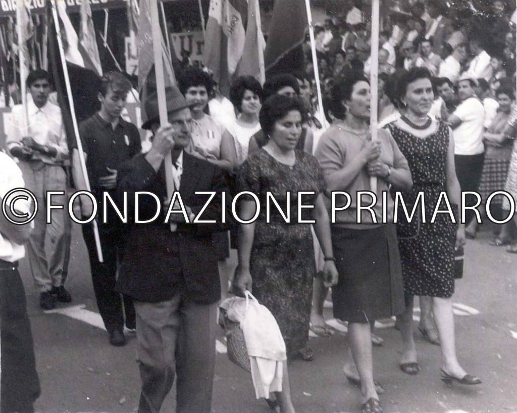 Anni-'60-Filesi-in-corteo-ad-una-Festa-de-L'Unità.-Da-sinistra-in-prima-fila-Lina-Dal-Buono,-Dana-Cillani,-Ansalda-Siroli