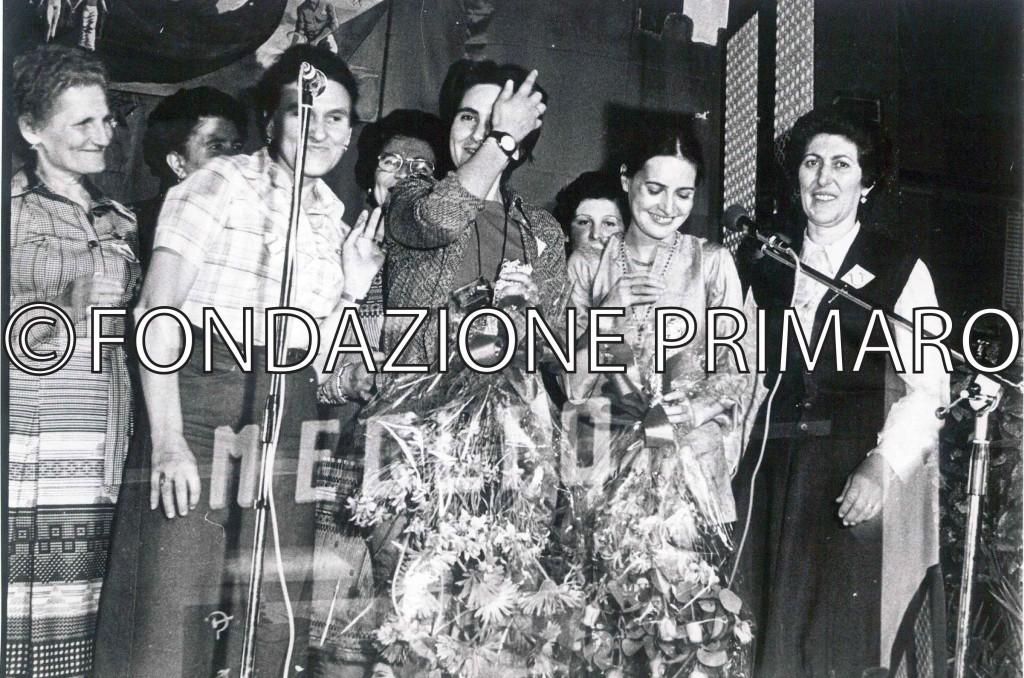 Coro Mondine di Filo alla Festa de L'Unità a Ferrara assieme a Carla Fracci e Ansalda Siroli. La prima a sinistra Alves Zagatti