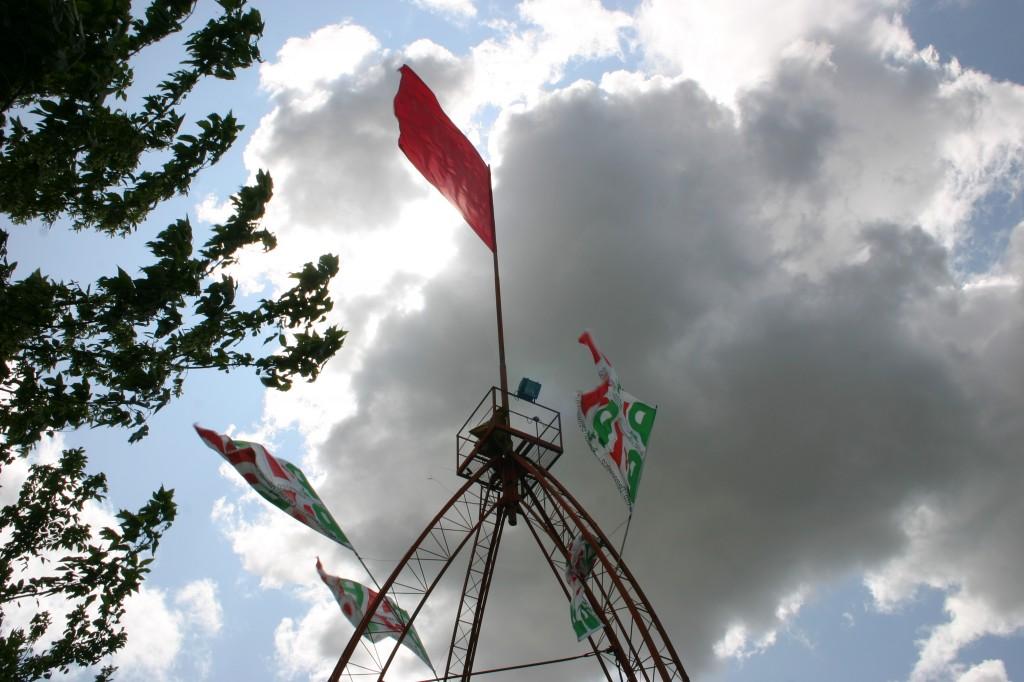 Filo è Festa. Le bandiere in cima alla struttura ideata dal compianto Serafino Baldassari
