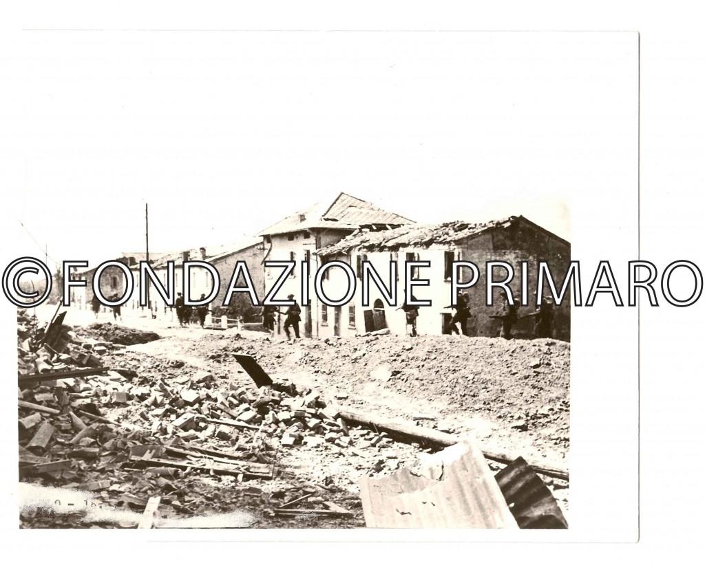 Filo-truppe-inglesi-sulla-via-Provinciale-(oggi-via-8-setmmbre-1944)